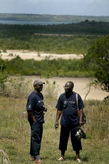 Amadou Yansané, an Earthwatch volunteer from Guniea, talks to Alkaly Doumbouya. Kate Holt.