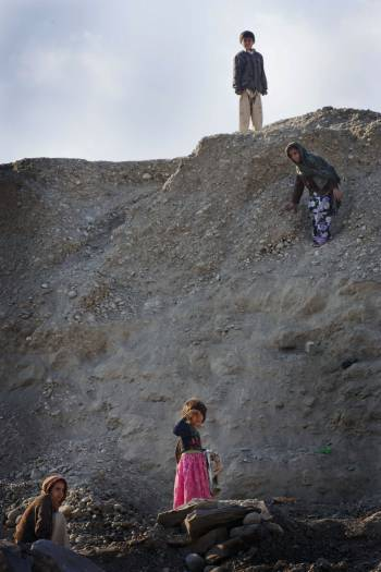 Children play on a hill in Woch Tangai camp for returnee refugees, in Jalalabad Afghanistan. Kate Holt.