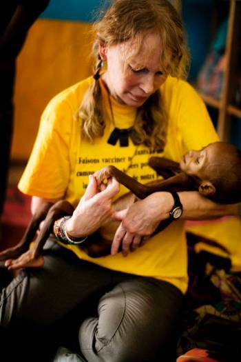 Mia Farrow, UNICEF Goodwill Ambassador, holds a severely malnourished child. Kate Holt.