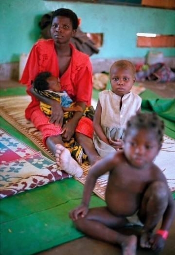 A woman and her children in Nyunzu hospital, Katanga, who has walked for days. Kate Holt.